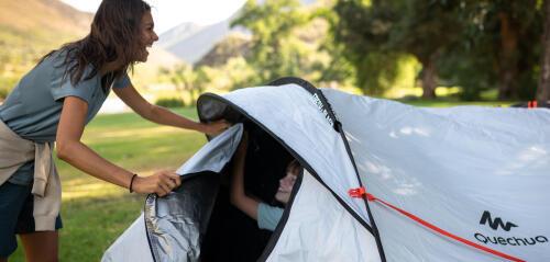 maman et son fils ferment la tente avec le sourire