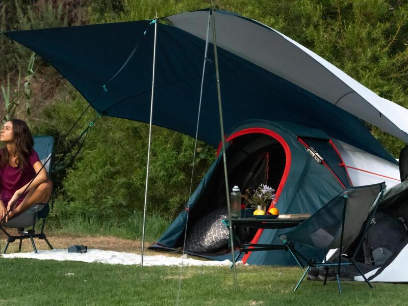 une femme devant sa tente 2 secondes Fresh&black