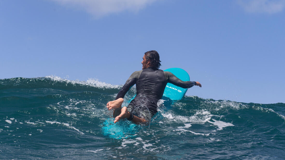 Olaian surfer padeling out