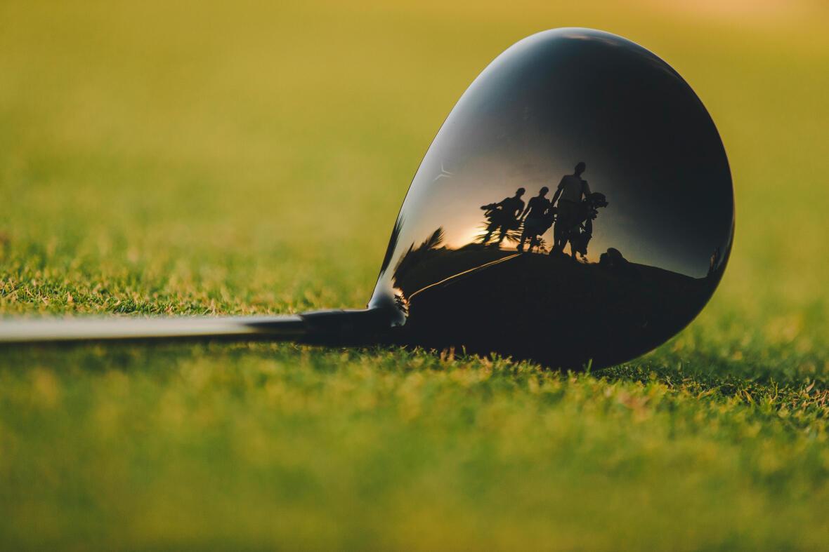 bâton de golf de type bois sur le vert