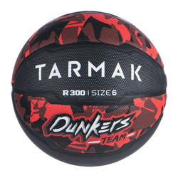 Basketbal voor beginnende jongens/meisjes R300 maat 6 rood/zwart
