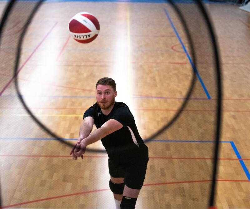 joueur de volley-ball réalisant une manchette