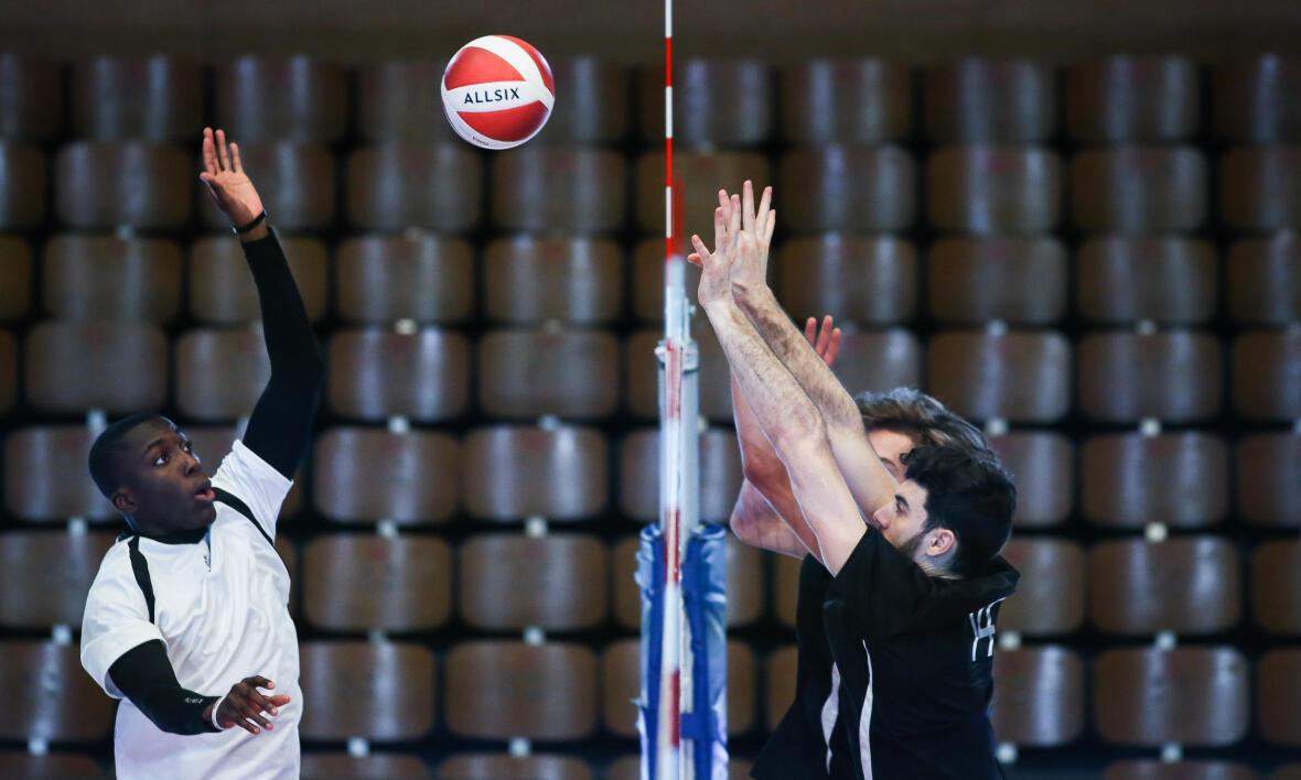 match de volley-ball masculin en salle