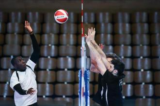 jeu au filet entre deux équipes de volleyball