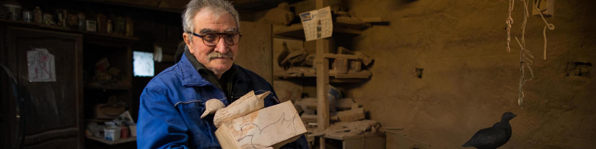 Christian Belmas dans son atelier avec la forme de canard Solognac