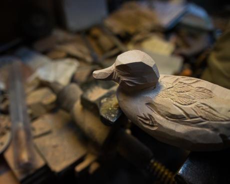La forme de canard prend vie sous les outils du sculpteur