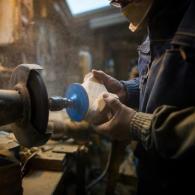 Christian Belmas sculpte un canard colvert en bois dans son atelier