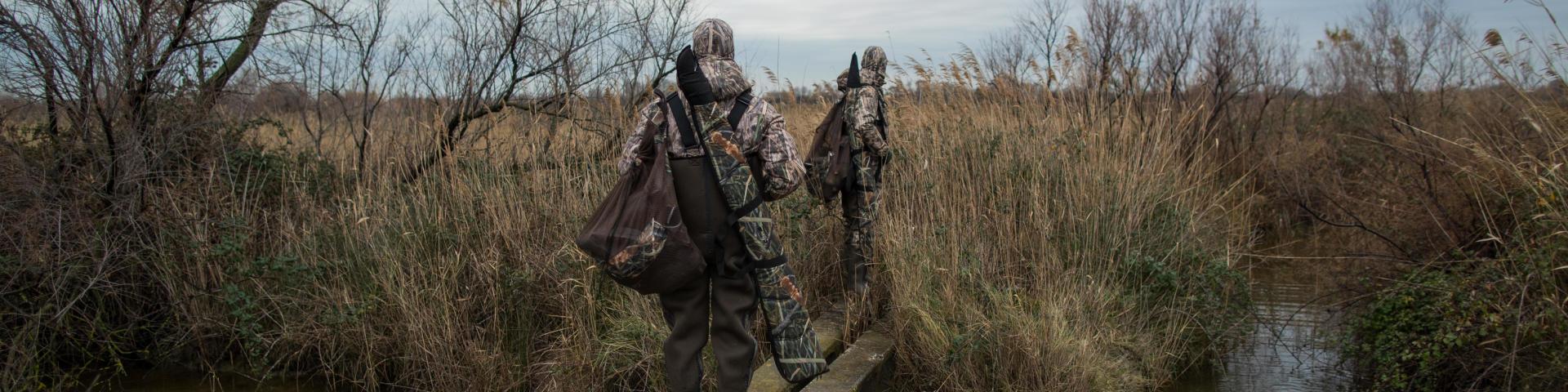 Deux chasseurs partent pour une chasse au gibier d'eau