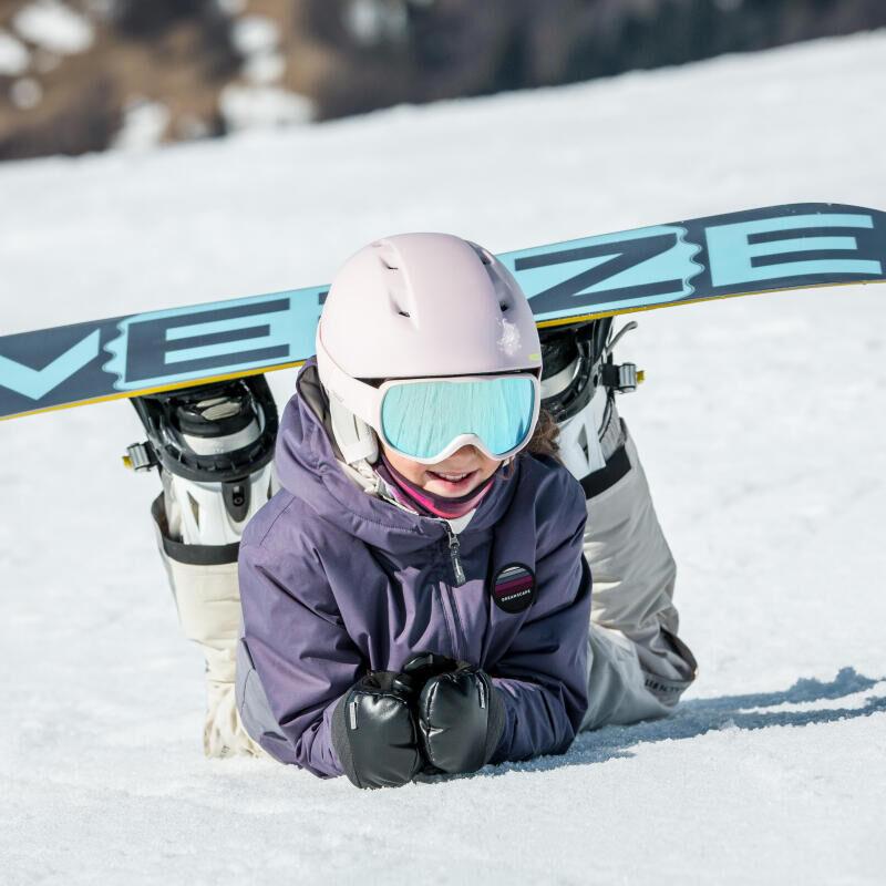 jeune fille faisant du planche à neige