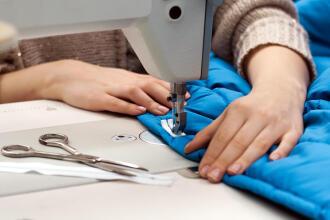 machine à coudre pour réparer les vêtements