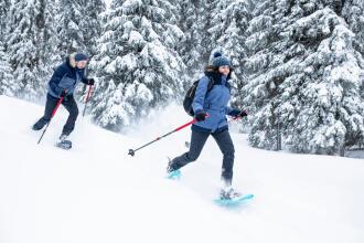 un homme et une femme en randonnée à neige
