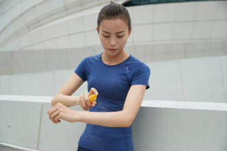 Une femme qui applique de la crème solaire sur son bras
