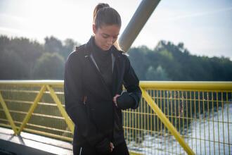 Femme sur un pont qui court en hiver grâce au multicouche