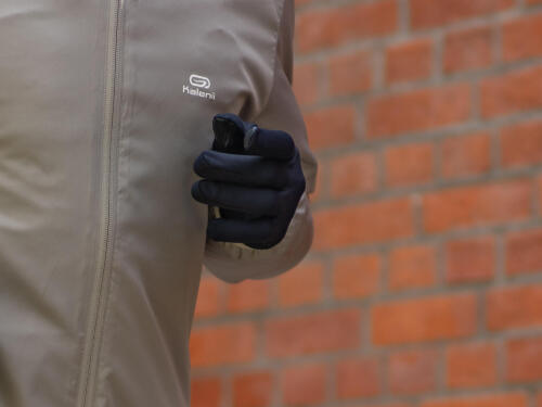 A racing glove to protect from the cold