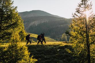 Pratiquer le trekking autrement : treks en France et treks solidaires