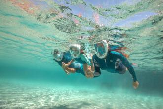 Deux personnes pratiquant snorkeling
