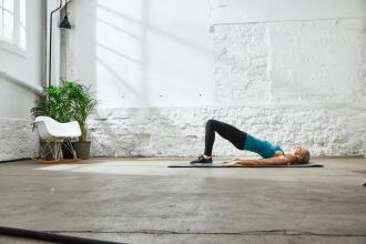femme faisant des étirements sur un tapis de yoga