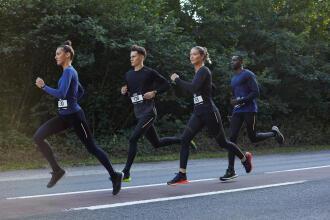 4 personnes participant à un événement de course à pied