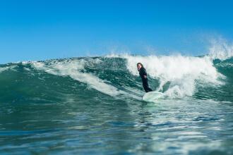 SURF ÎN ROMÂNIA: UNDE ÎL POȚI PRACTICA ȘI DE CE ECHIPAMENT AI NEVOIE?