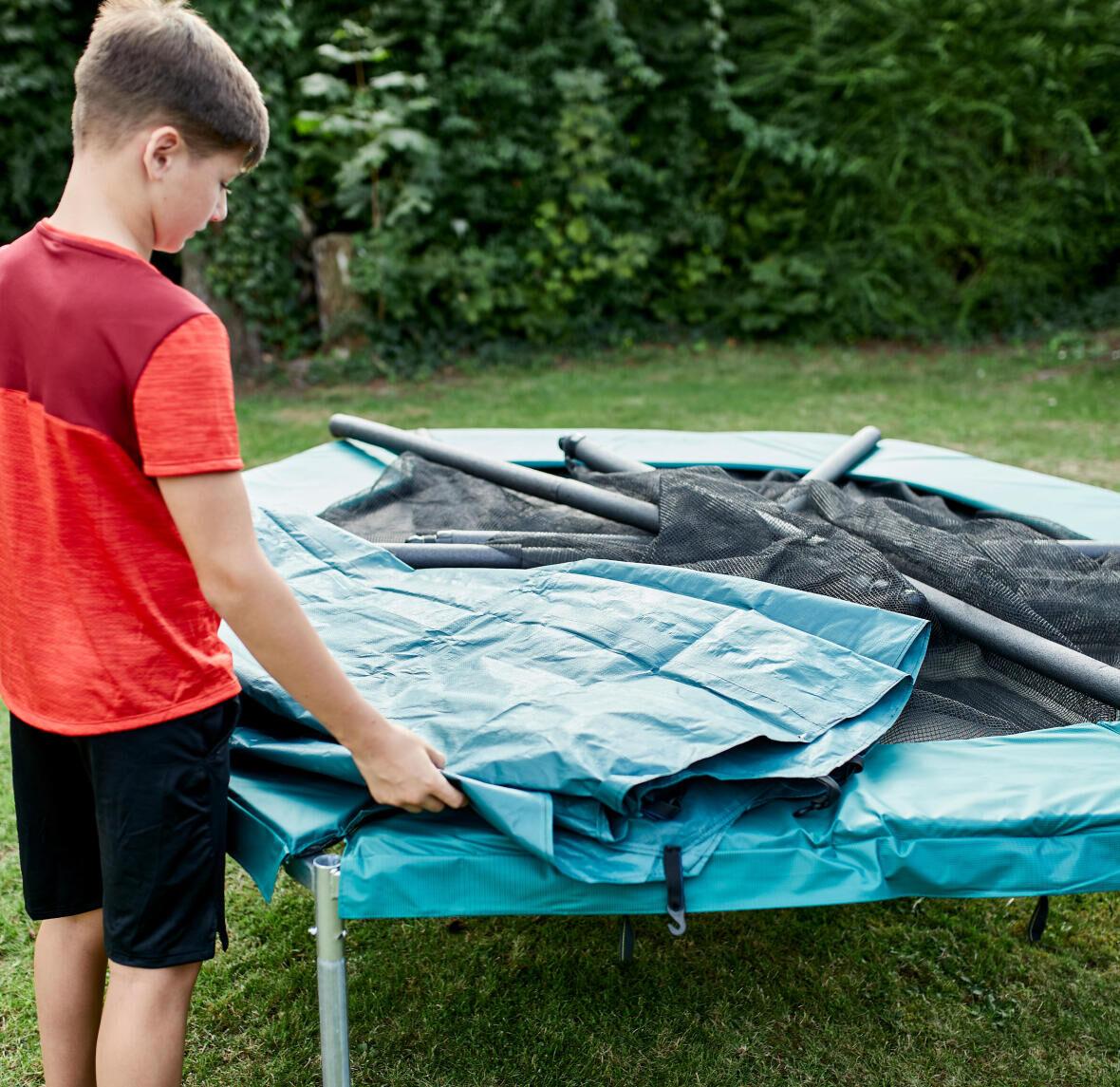 rabattre les poteaux du trampoline