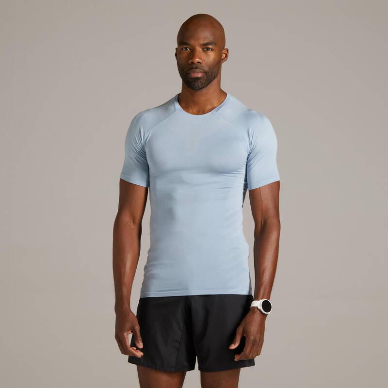 PÁNSKÉ BĚŽECKÉ OBLEČENÍ NA BĚH PO SILNICI Běh - BĚŽECKÉ TRIČKO SKINCARE MODRÉ  KIPRUN - Běžecké oblečení