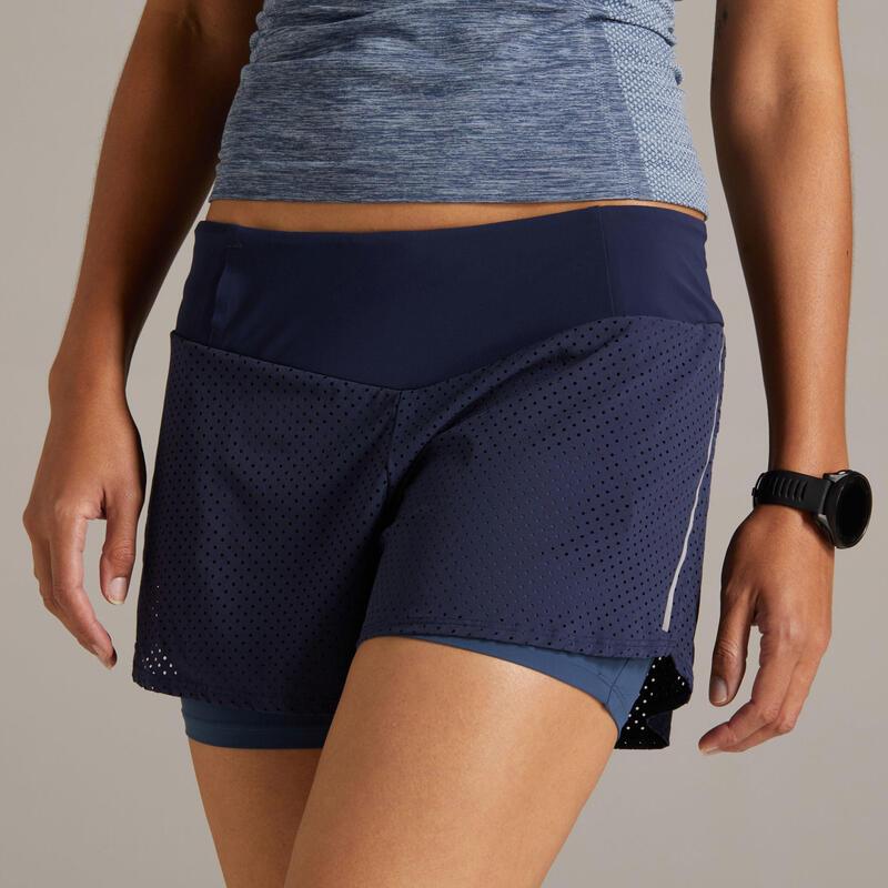 กางเกงขาสั้นผู้หญิง 2-IN-1 พร้อมกางเกงขาสั้นรัดรูปในตัวสำหรับใส่วิ่งรุ่น KIPRUN (สีน้ำเงิน/เทา)