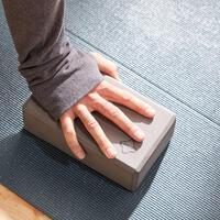 Tamnosivi blok za jogu od pene