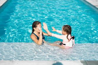 barn i poolen