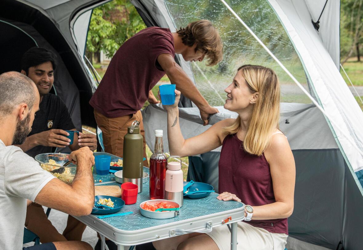 famille en camping qui mange sous la tente