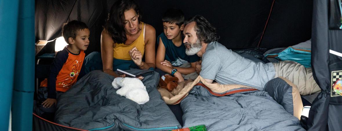 famille en camping sous la tente
