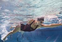 """Sieviešu hlora izturīgs, viendaļīgs peldkostīms """"Kamiye"""", ar rozā detaļām"""