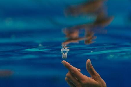 Sinchroniniam plaukimui skirtas plūdrus nosies spaustukas, pilkas