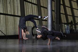 un homme et une femme dansent dans un entrepôt