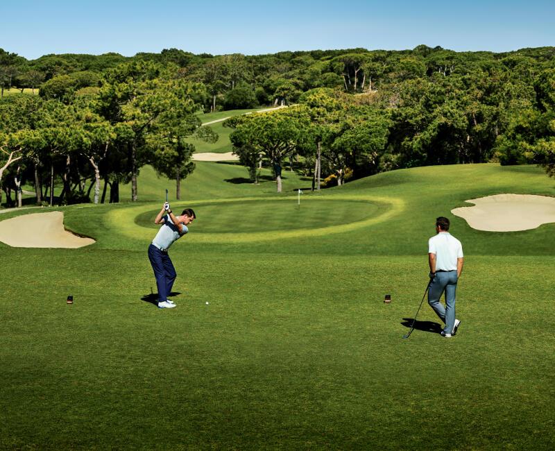 homme qui frappe la balle sur le terrain de golf