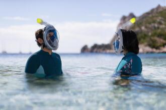 Duas pessoas a praticar snorkeling