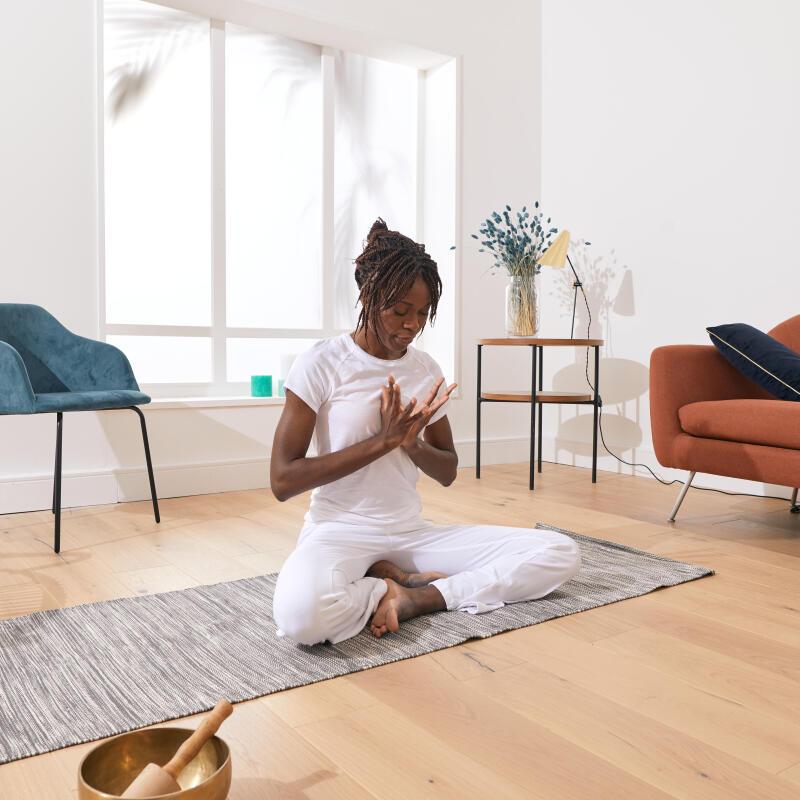 Femme en pleine séance de méditation