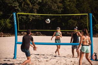 joueurs sur un terrain de volleyball de plage