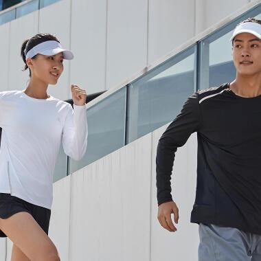 un homme et une femme courent par temps chaud à la montagne