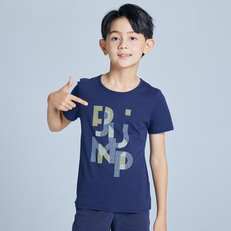 เสื้อยืดแขนสั้นเด็กผู้ชายสำหรับกายบริหารทั่วไปรุ่น 100 (สีกรมท่า/พิมพ์ลาย)