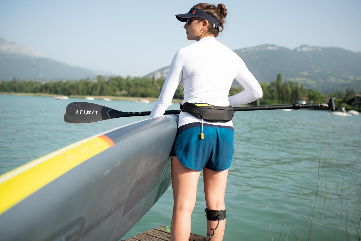 femme avec un haut uv prête à faire du stand up paddle