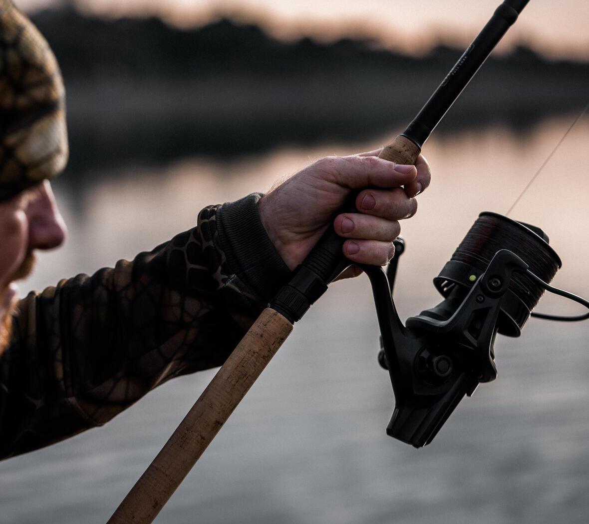un homme qui tient sa canne à pêche