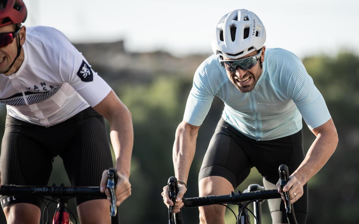 cyclistes qui travaillent fort lors d'une montée