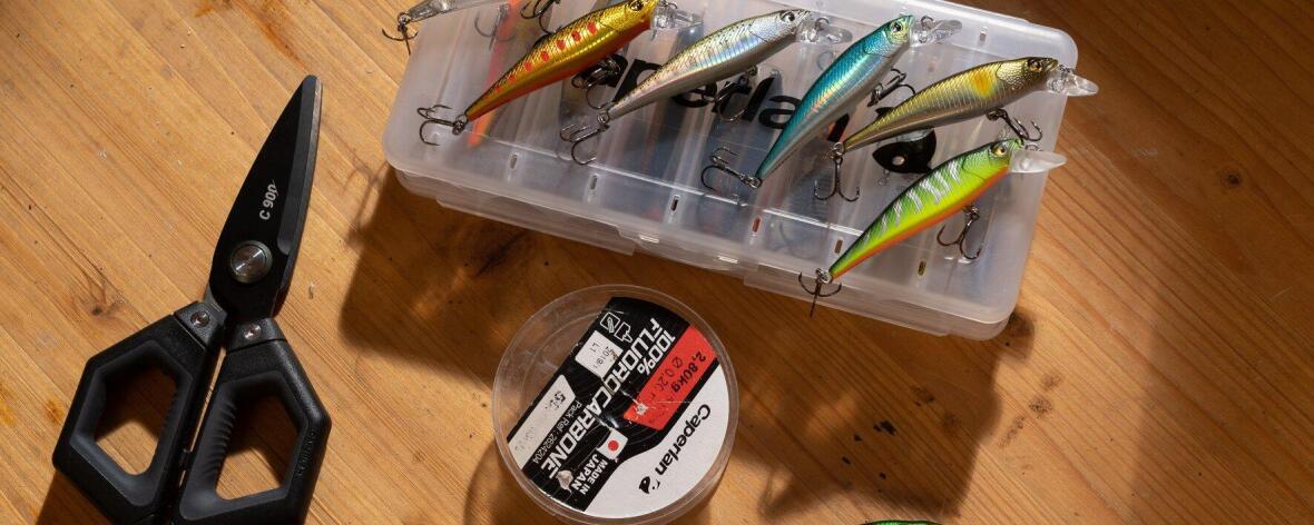 Hameçons, fils, ciseau et tout le nécessaire pour préparer sa saison de pêche