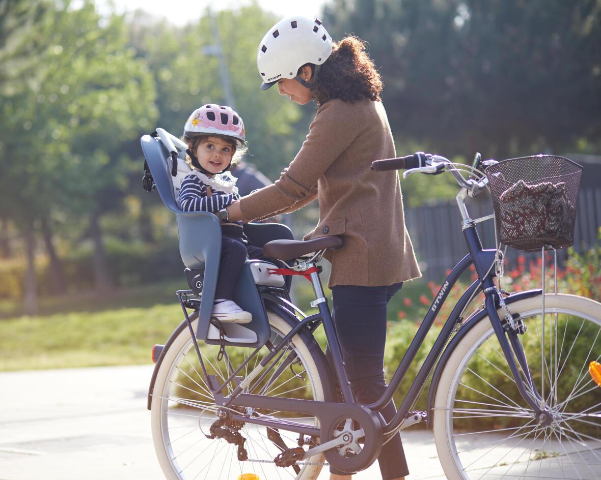 maman et bébé sur un vélo de ville