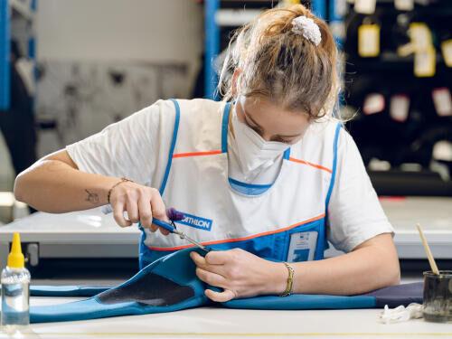 personne qui répare un vêtement