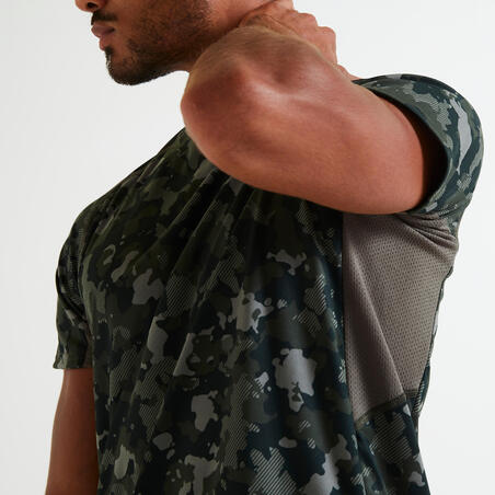Playera técnica fitness gris estampado camuflaje caqui