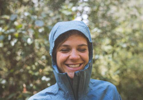 femme portant une veste imperméable