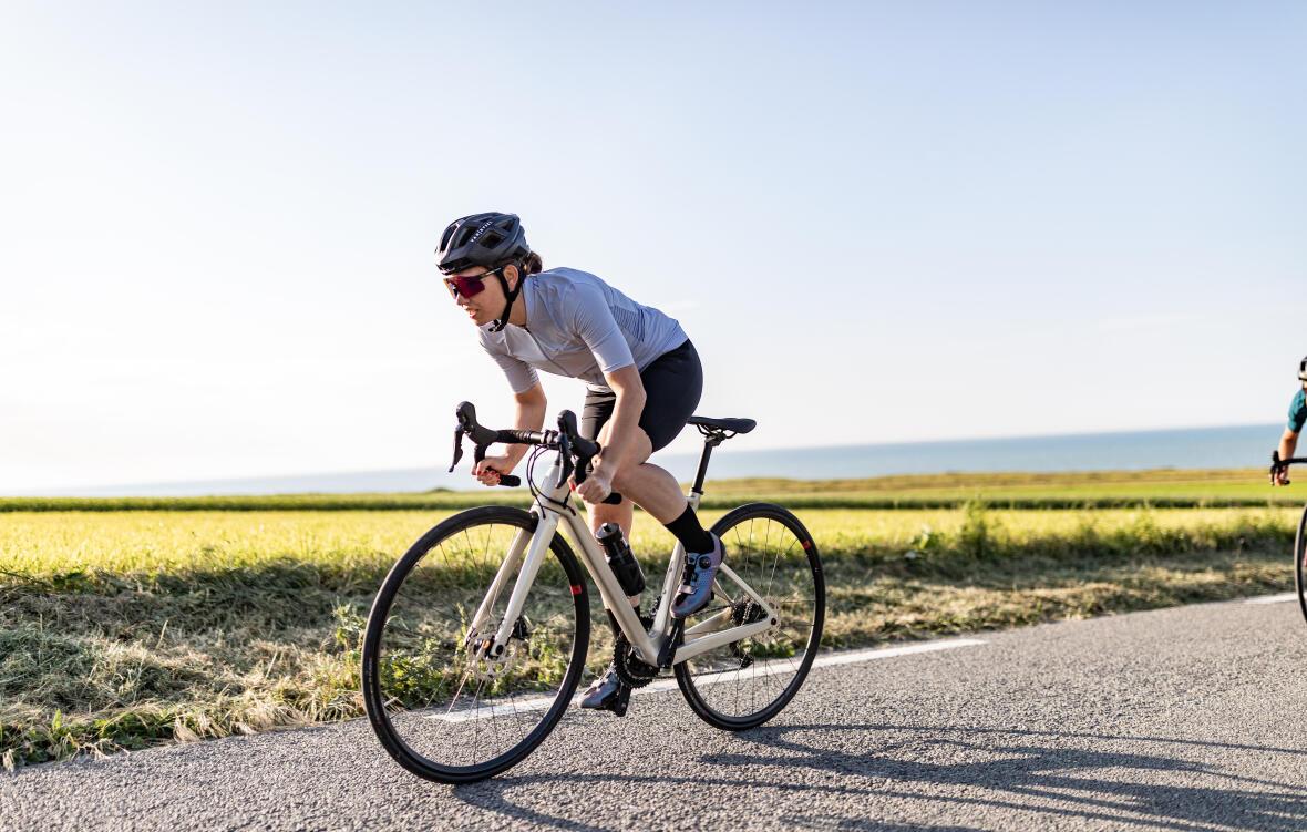femme sur son vélo de route