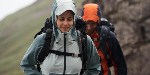 femme et homme en randonnée sous la pluie
