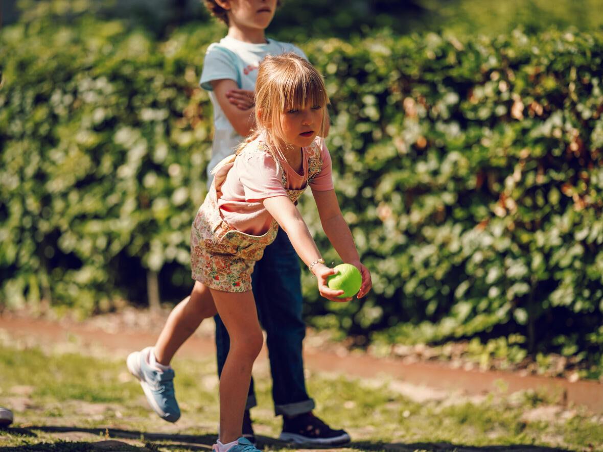Comment jouer à la pétanque avec des enfants ?